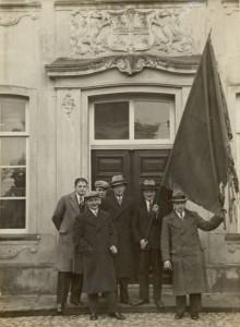 thumbnail_3. Het oude vaandel werd uit Enschede teruggehaald door B. Moekate, H. van Benthem, B. Bodde, H. Heisterkamp, J. Hesselink en M. Heesink